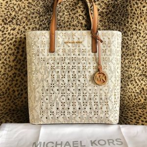 Michael Kors Bags - Michael Kors North South Handbag 🌟